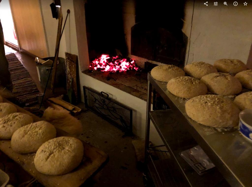 Brød ferdig hevet, klar til å sette inn i ovnen.